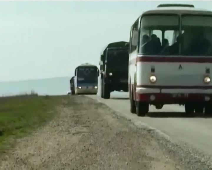 Из Крыма на материк направились украинские военные с семьями (видео)