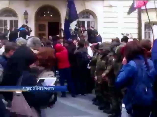 Активисты у стен Верховного суда требовали люстрации (видео)