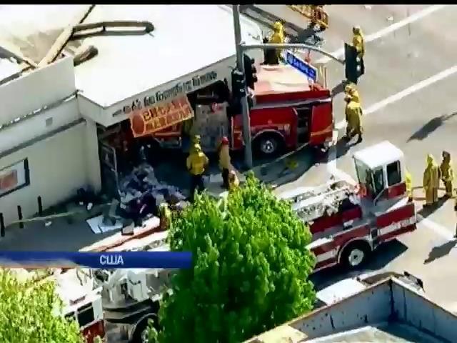 В Калифорнии пожарная машина въехала в ресторан (видео)