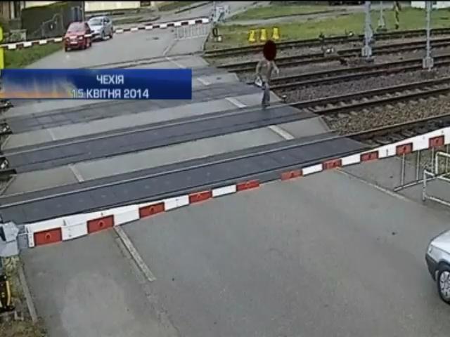 В Чехии 77-летний пассажир чудом выжил, переходя ж/д переезд (видео)