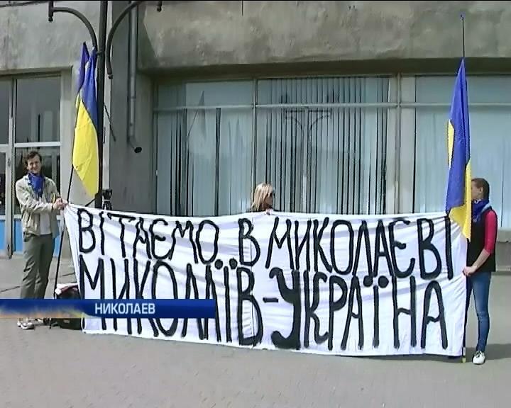 Николаев встречает поезда с востока песнями и флагами (видео) (видео)
