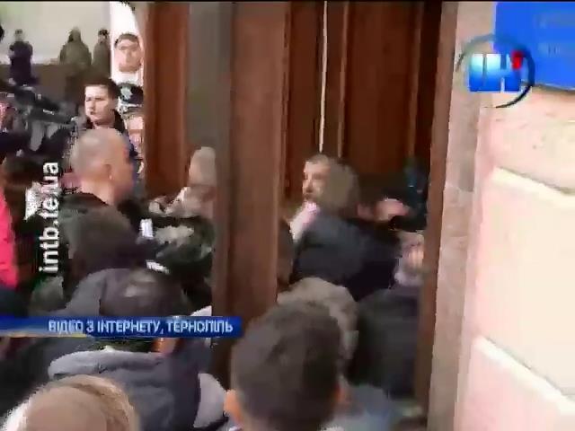 Протестующие штурмовали мэрию Тернополя (видео) (видео)