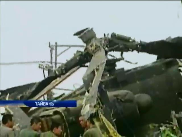 """Во время тренировочного полета на Тайване """"Апач"""" упал на жилой дом (видео)"""