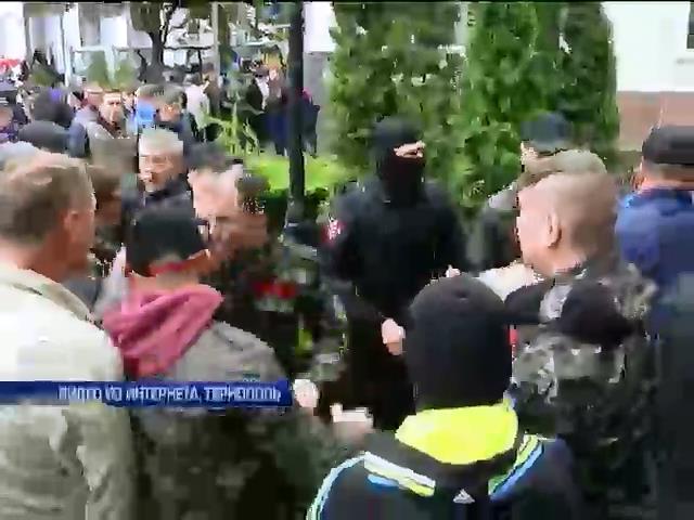 Жители Тернополя сегодня штурмовали мэрию (видео)
