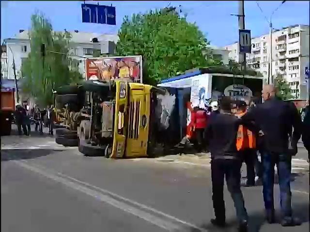 В Киеве в столкновении автобуса с грузовиком пострадали 22 человека (видео)