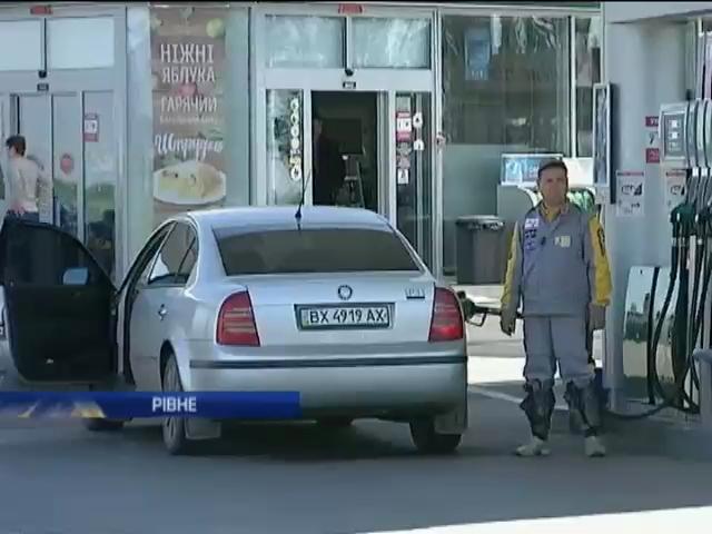 В Ривном активисты заблокировали все заправки, требуя снизить цены на бензин (видео) (видео)