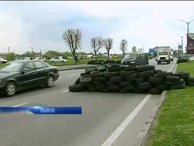 Львовские активисты установили блокпосты на въезде в город (видео)