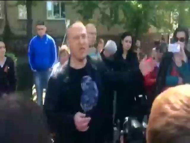 В Луганске пророссийские активисты собрались под областным управлением милиции. (видео)