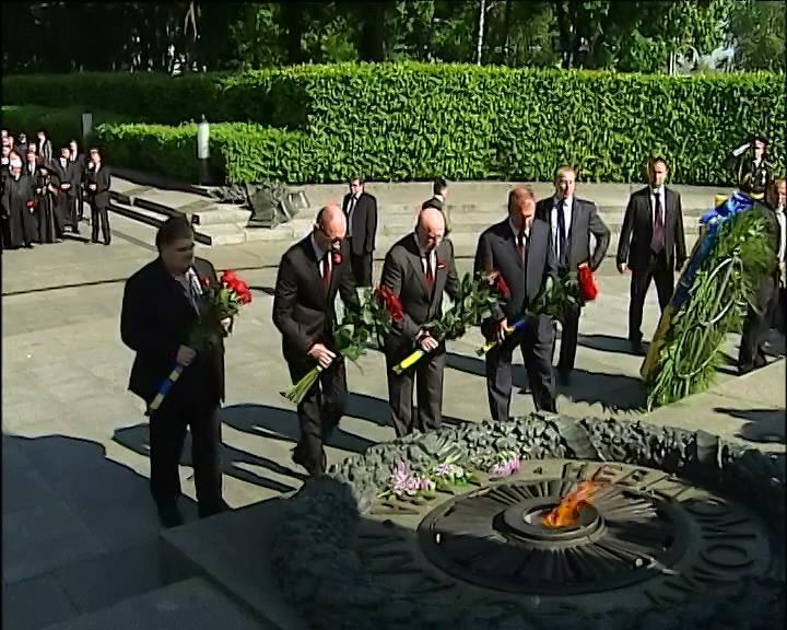 В столичном парке Славы политики почтили память павших (видео) (видео)