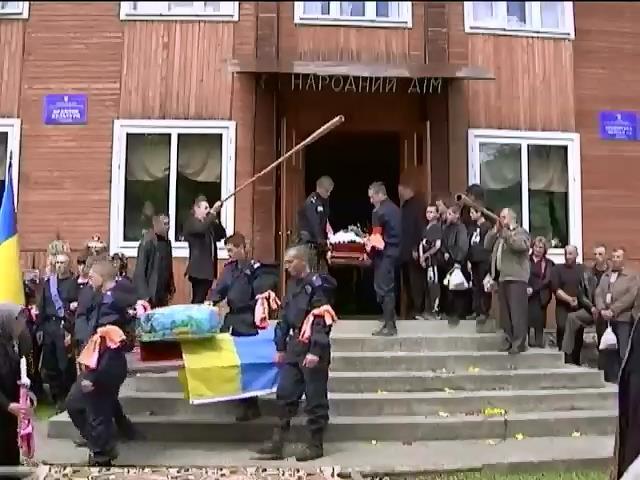 На Прикарпатье хоронили солдата, погибшего в Мариуполе (видео)