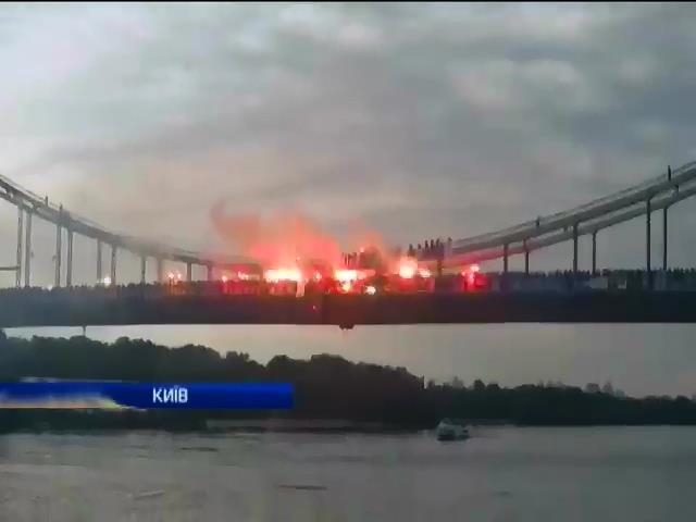 Ультрас зажгли тысячи файеров на пешеходном мосту в Киеве (видео)