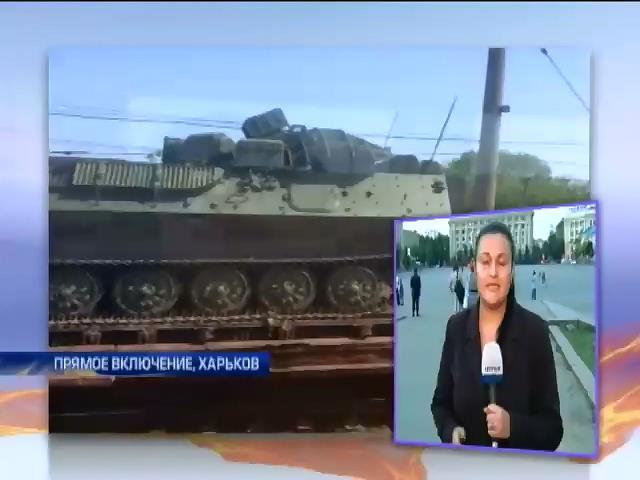 Под Харьковом был замечен длинный состав с военной техникой и солдатами (видео) (видео)