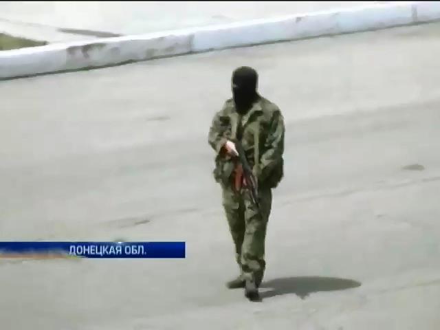 Вооруженные террористы запугивают людей и срывают выборы на Донбассе (видео)