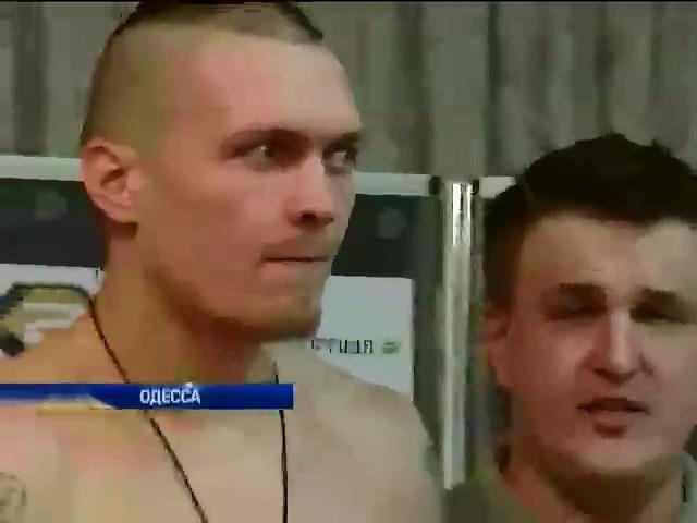 Украинский боксер Александр Усик выходит на ринг с аргентинцем (видео)