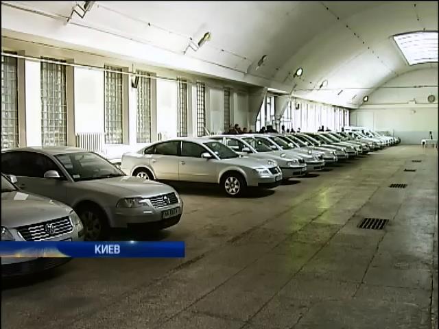 С молотка: Кабмин продал всего восемь из 73 автомобилей (видео)