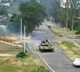 В Торезе идет бой с российскими танками Т-72