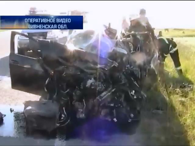 На трассе Киев-Чоп грузовик смял в лепешку иномарку (видео)