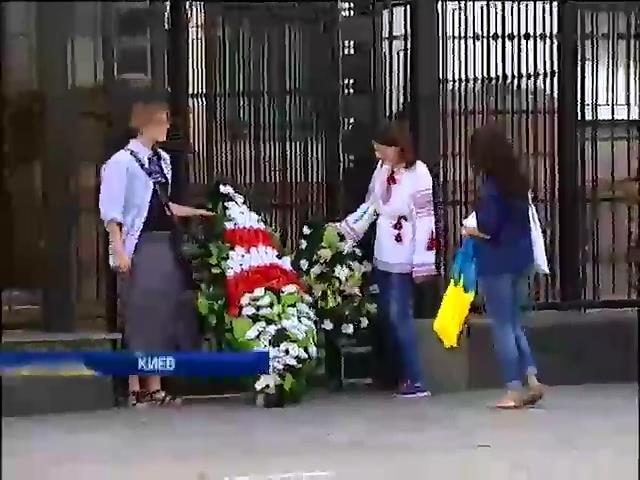 Посольство России в Киеве украсили похоронными венками (видео) (видео)