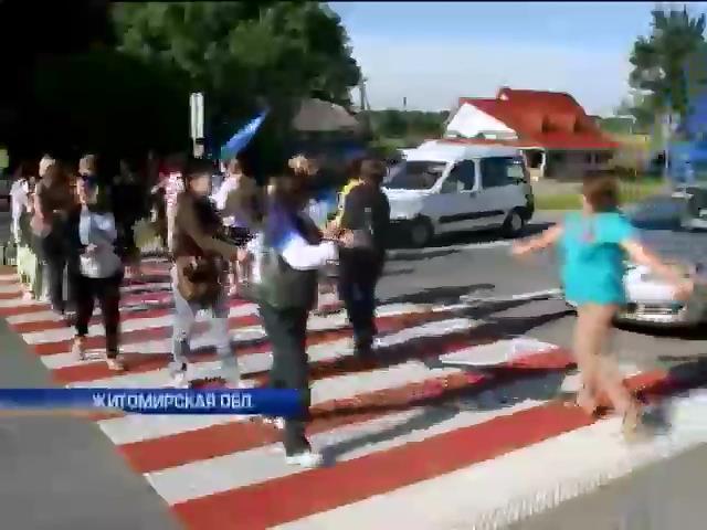 Матери и жены военных перекрыли трассу Киев-Чоп, требуя ротации (видео)
