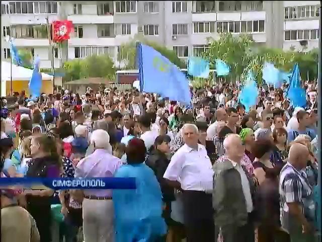 Кримськi татари вiдзначали День прапора пiд прицiлом автоматiв ОМОНу (видео)