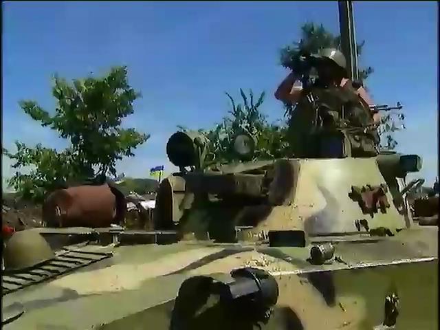 На востоке Украины террористы устроили минную войну: Подорвались два БТРа (видео)