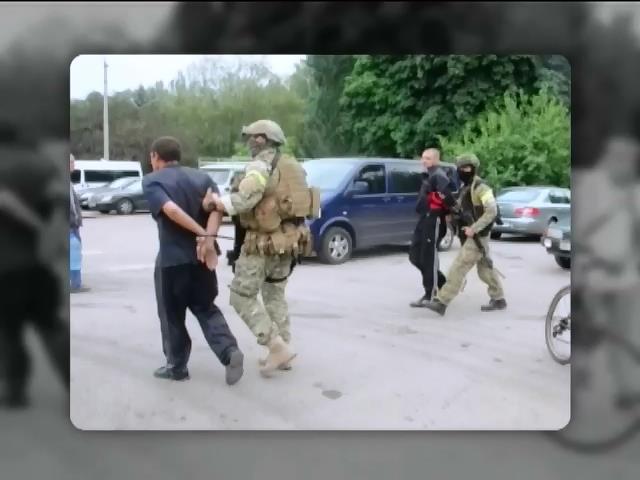 В Славянске сдали военным двух террористов из России (видео)