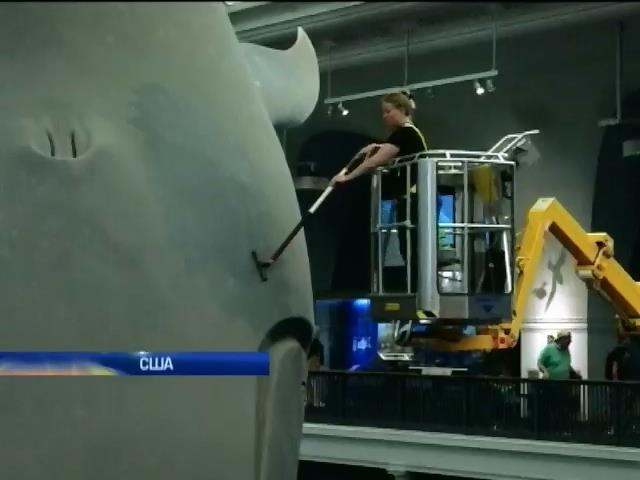 У Нью-Йорку три днi вiдмивали статую синього кита (видео)