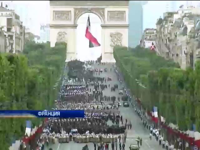 """Мир в Кадре: Французы отмечают день взятия Бастилии, а """"Коста Конкордию"""" поднимают со дна (видео)"""