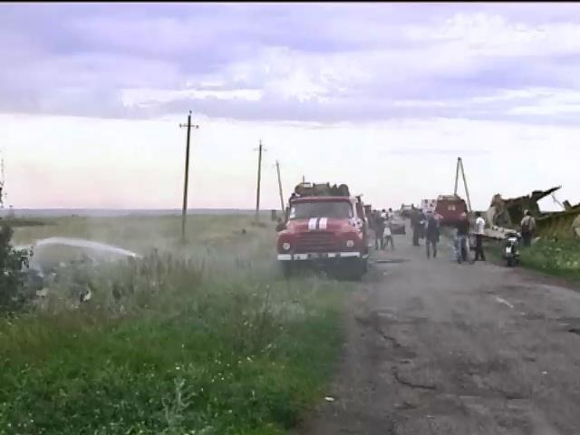 На месте крушения Боинга спасатели работают под дулами автоматов (видео)
