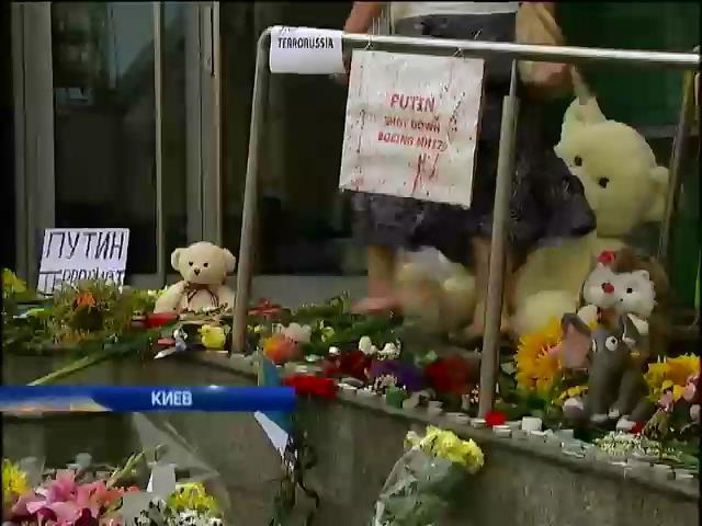 Украинцы массово скорбят по погибшим в сбитом Боинге (видео) (видео)