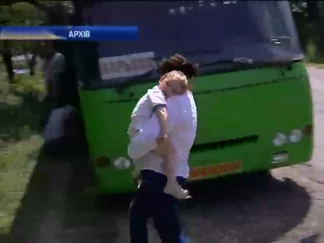 Терористи не дають вивезти з Донбасу 135 дiтей-сирiт (видео)