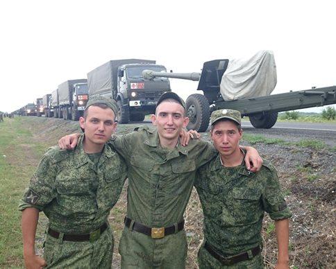 Российские солдаты на фоне колонны
