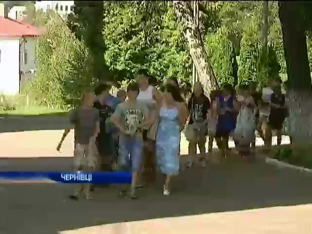 Школярi зi сходу намагаються забути вiйну, вiдпочиваючи у Чернiвцях (видео)