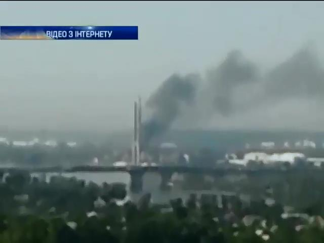 У Киeвi горiла фабрика бiля метро Видубичi (видео)