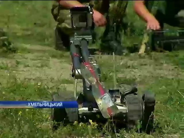 Украiнськi вiйськовi вчаться керувати роботами-саперами (вiдео) (видео)