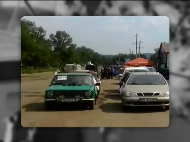 """Люди выезжают из Луганска """"партизанскими тропами"""" (видео)"""