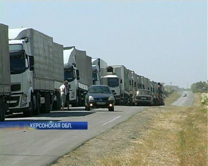 На границе с Крымом очереди: Россия запретила поставку продуктов из Украины (видео)