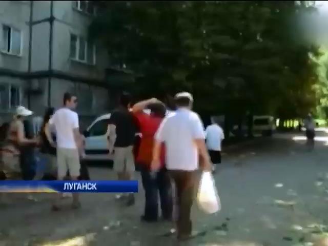 Супермаркеты Луганска продают пиво и водку прямо на улице (видео) (видео)