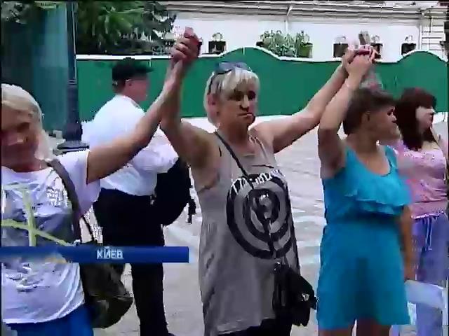 Женщины из Харькова устроили антивоенное шоу у пустой Рады (видео) (видео)