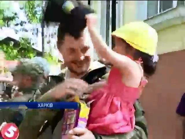 "Бiйцi пiдроздiлу ""Киiв-1"" вiдвiдали дiтей-сирiт зi сходу Украiни (видео)"