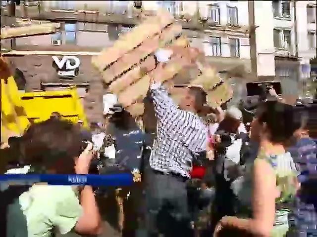 Кличко лично убрал мусор на Майдане и назвал баррикады ненужными (видео) (видео)