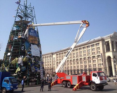 На Майдане в Киеве разбирают елку (фото)
