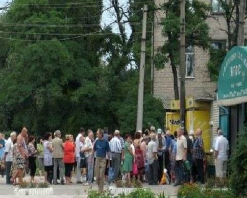 В Луганске люди выстраиваются в километровые очереди за хлебом (фото)