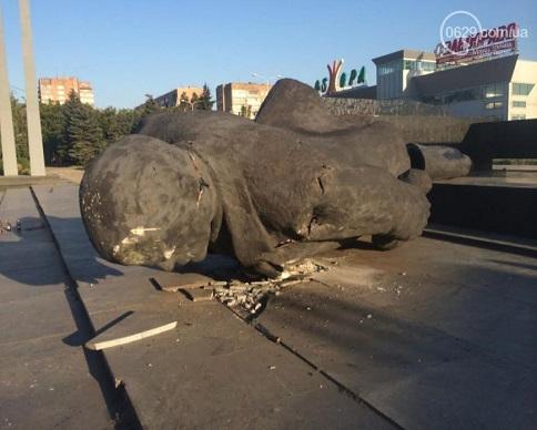 В Мариуполе свергли 8-метрового Ленина