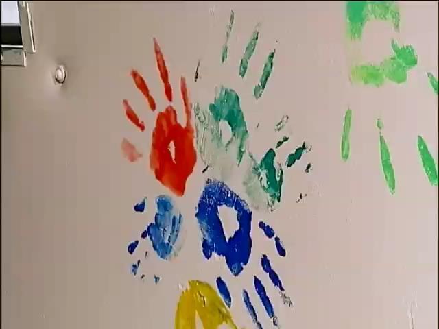 Дiти-сироти з Киiвщини розмалювали вiйськовий автобус своiми долоньками (вiдео) (видео)