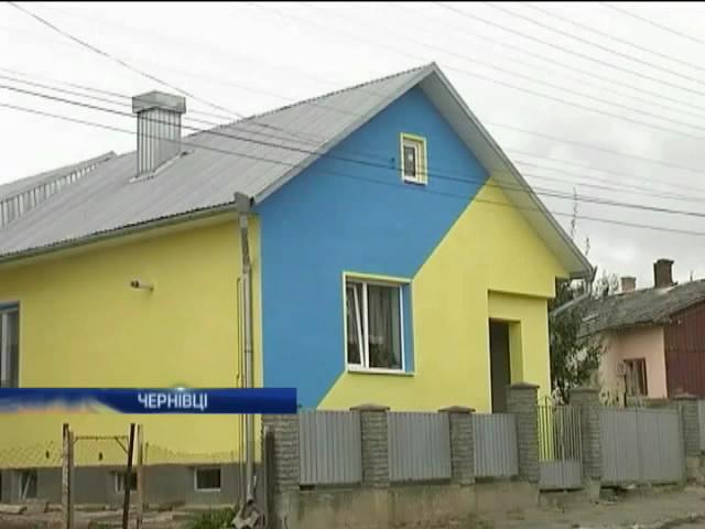 Чернiвецька пенсiонерка зробила свiй будинок патрiотичним (вiдео) (видео)