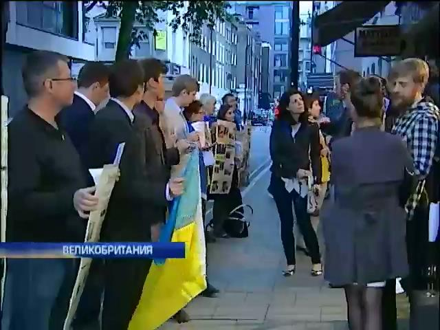 Телеканал Russia Today провел в Лондоне антиукраинскую фотовыставку (видео) (видео)