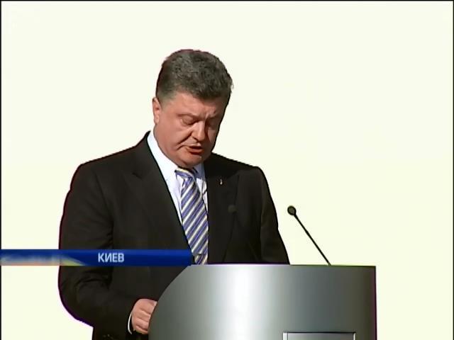 Порошенко поздравил Украину с Днем флага и пообещал мир