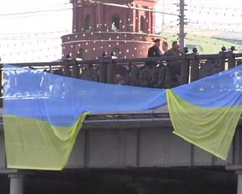 Возле Кремля повесили десятиметровый флаг Украины (видео)