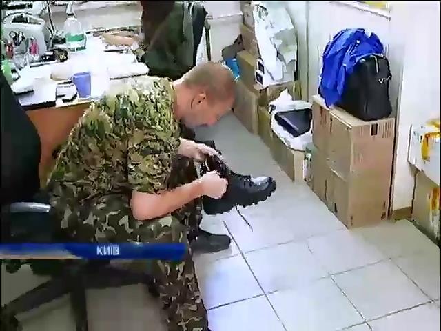 Волонтери самi одягають украiнських вiйскових замiсть держави (видео)